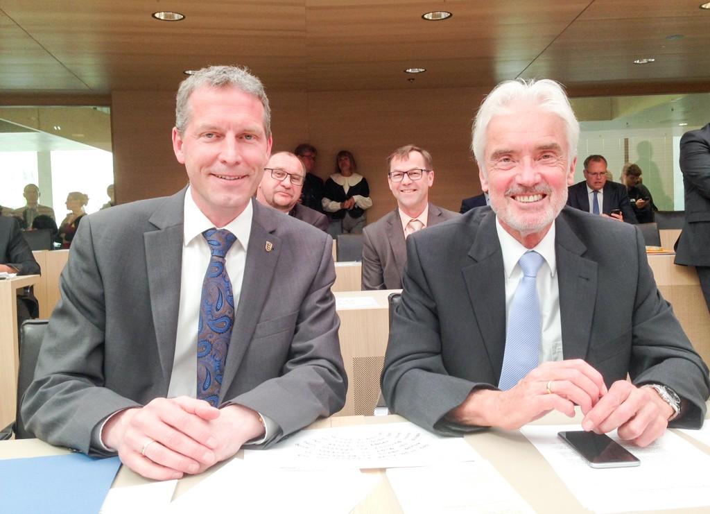 1. Landtagssitzung der 16. Wahlperiode des Landtags von Baden-Württemberg. Die Landtagsabgeordneten der FDP Jochen Haußmann und Prof. Dr. Ulrich Goll nehmen im neuen Landtag Platz.